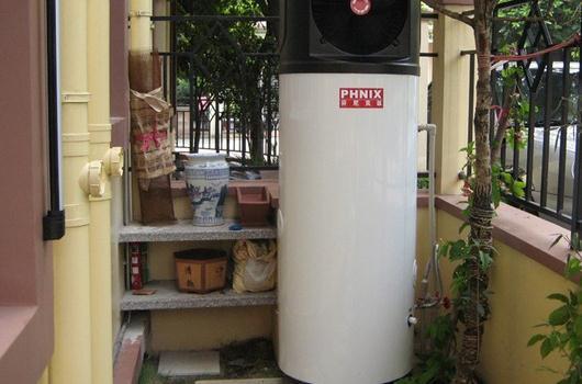 热水器是指利用一定物理原理,在一定时间内将冷水温度升高变成热水的装置。天气寒冷,对用水的温度有很高要求,因此拥有一台热水器,将让家居生活更温暖舒适。但是如何选购到一台好的热水器,是一件比较困难的事情,因为,市场上的热水器种类和品牌繁多,实在让人眼花缭乱。 热水器产品分类 按照热水的原理不同,热水器主要可以分为电热水器、燃气热水器、太阳能热水器、空气能热水器这四种。燃气热水器是最早的热水器产品;电热水器是目前市场占有率最广的产品;太阳能